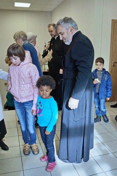 Как семья священника удочерила темнокожую девочку и незрячего подростка