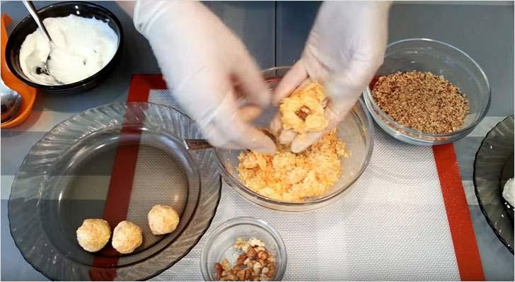 Внутрь шарика с морковной начинкой кладем часть грецкого ореха