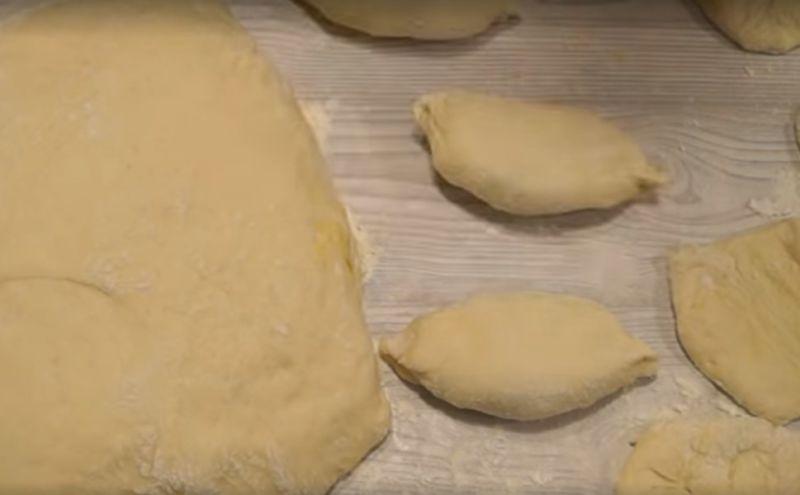 кладем пирожки швом вниз