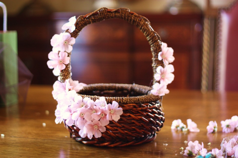 awesome-easter-baskets_round-shaped_espresso-finish_rattan-wicker-basket_pink-decorative-flower-945x630
