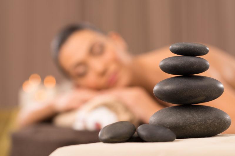 Стоунтерапия: что это за процедура, показания и противопоказания, можно ли провести массаж камнями в домашних условиях