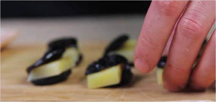 Внутрь чернослива помещаем сыр