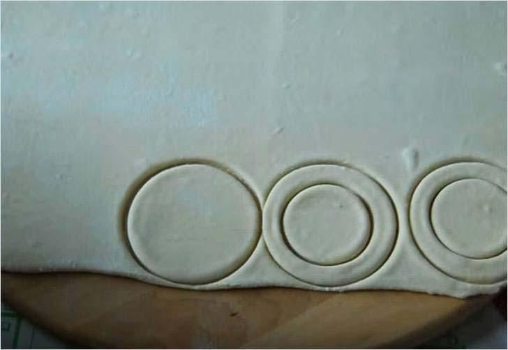 Вырезаем три больших круга и внутри 2-х два маленьких круга