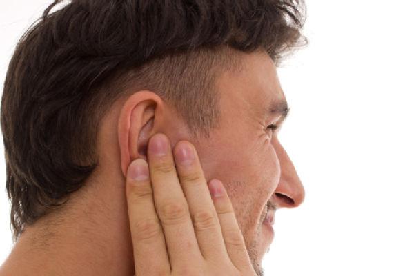 Заложило ухо, но оно не болит: что делать? Причины, лечение