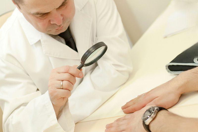 Чесоточный клещ у человека: как выглядит, сколько живет, как избавиться, симптомы и лечение чесотки