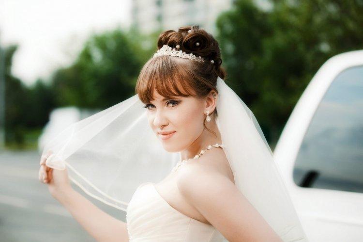 Свадебные прически на средние волосы: 15 идей красивых причесок для невесты с фото