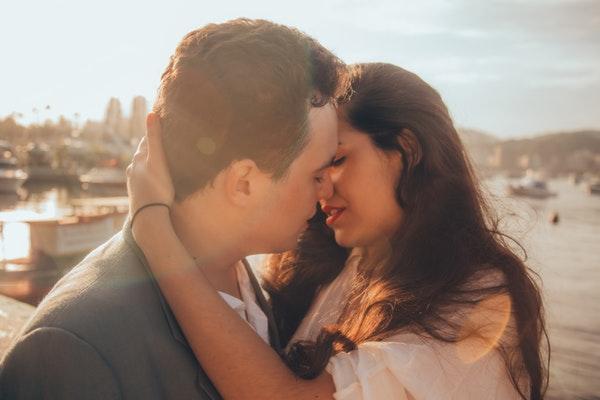 Поцелуй в губы: как поцеловать девушку в первый раз, виды поцелуев