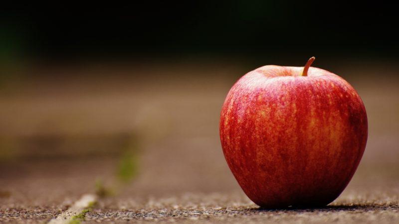 Сколько калорий в красном яблоке, пищевая ценность сладких сортов, полезные свойства фрукта