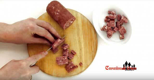Колбаску нарезаем кубиками