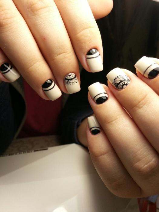 Лунный френч на ногтях 💅 — 13 идей модного маникюра с фото