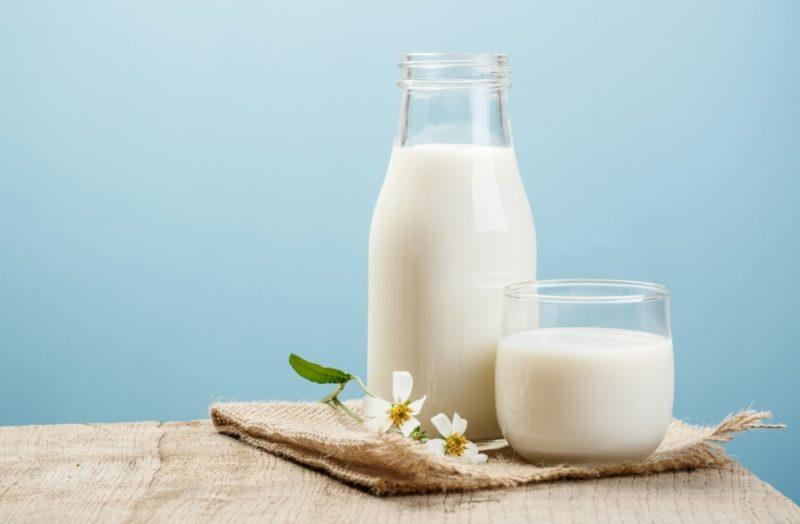 Сколько калорий в молоке разного вида и жирности, БЖУ, содержание витаминов и микроэлементов, полезные свойства напитка