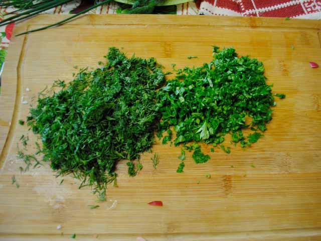 зелень мелко нарезаем