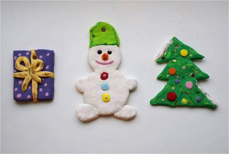 Можно такие фигурки слепить: снеговика, елочку, подарок