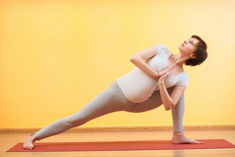 Йога для беременных в 1, 2 и 3 триместрах: польза, ограничения и противопоказания, упражнения в домашних условиях